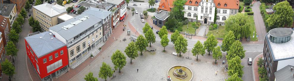 De Marktplatz mit Bücherei, Rathaus und Amtsgericht aus der Vogelperspektive